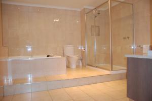 A bathroom at Mercure Hotel Mildura