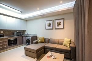 A seating area at Savannah Park Luxury Apartments