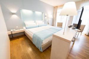 Ein Bett oder Betten in einem Zimmer der Unterkunft Nymphe Strandhotel & Apartments
