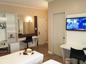 Телевизор и/или развлекательный центр в Cosmos Hotel