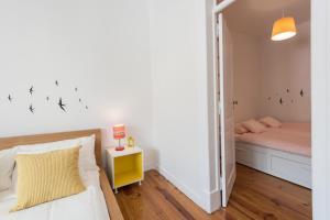 Uma cama ou camas num quarto em Cozy Apartment with Castel view