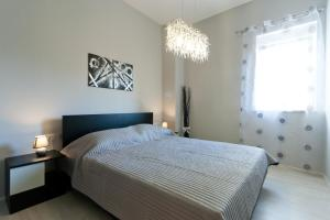 A bed or beds in a room at Apartments Mauri