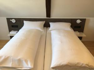 Ein Bett oder Betten in einem Zimmer der Unterkunft Gasthaus Rebstock Egringen