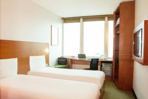 Кровать или кровати в номере Ibis Kuwait Salmiya