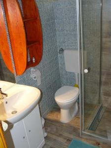 A bathroom at Angéla Vendegház