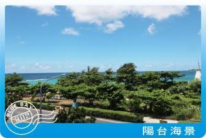 墾丁藍灣旅店游泳池或附近泳池的景觀