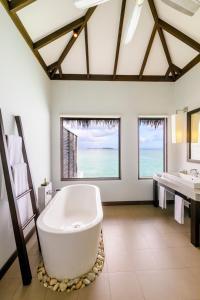 Een badkamer bij Velassaru Maldives