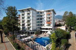 Uitzicht op het zwembad bij Grand Okan Hotel of in de buurt