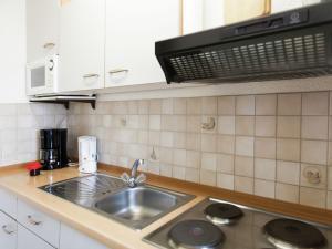 Küche/Küchenzeile in der Unterkunft Attractive Apartment in Bettenfeld wiith Garden and BBQ