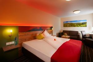 Ein Bett oder Betten in einem Zimmer der Unterkunft Hotel Gasthof Sonne