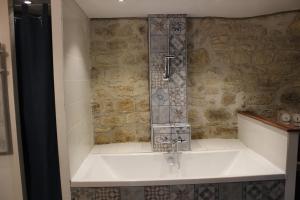 A bathroom at Gîte Lorengrain