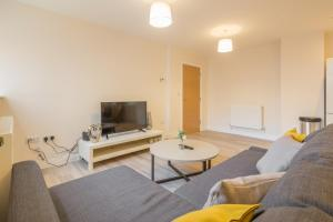 A television and/or entertainment center at Skyline Serviced Apartments - Stevenage