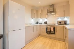 A kitchen or kitchenette at Skyline Serviced Apartments - Stevenage