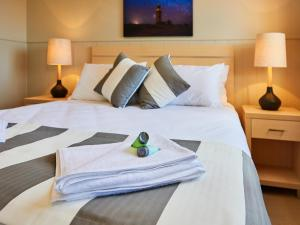 A bed or beds in a room at RAC Cervantes Holiday Park