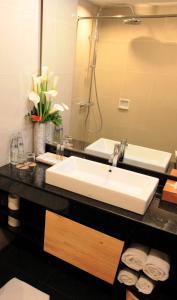 A bathroom at Prime Plaza Hotel Sanur – Bali
