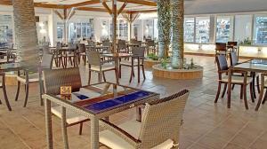 Een restaurant of ander eetgelegenheid bij Sahara Beach Aquapark Resort