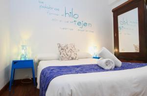 A bed or beds in a room at Apartamentos Inside Paseo de los Tristes