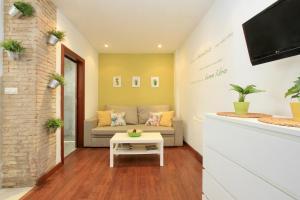 A seating area at Apartamentos Inside Paseo de los Tristes