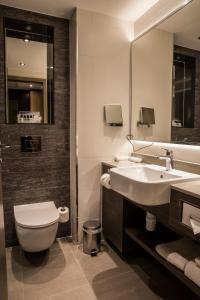A bathroom at Crowne Plaza Basingstoke, an IHG Hotel