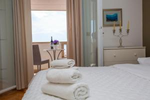 A bed or beds in a room at Villa Makarana Apartments