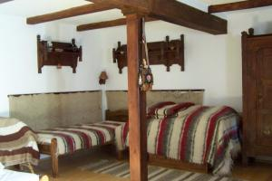 A bed or beds in a room at Nádfedeles vendégházak