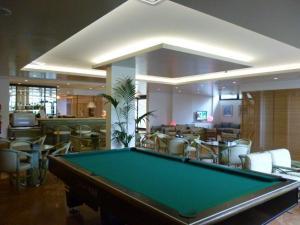 A pool table at Hotel Marina Uno