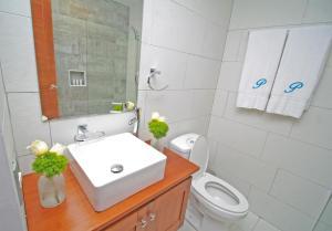 A bathroom at Palmetto Hotel