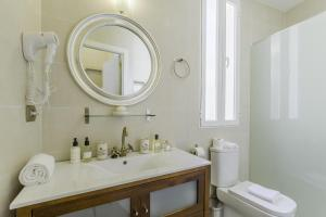 A bathroom at Oriente Palace Apartments