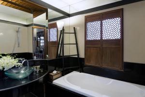 A bathroom at Chakrabongse Villas