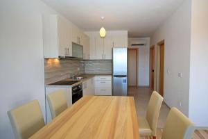 A kitchen or kitchenette at Apartments Lujnovic