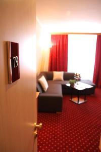 Ein Sitzbereich in der Unterkunft Hotel Rosenstadt Forst