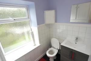 A bathroom at Holland Road