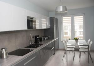 A kitchen or kitchenette at Apartament Blue Sky Kołobrzeg