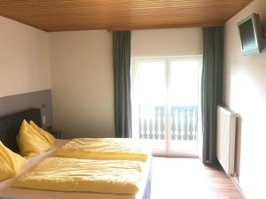 A bed or beds in a room at Gasthof Röck
