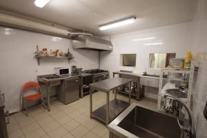 Kuchyňa alebo kuchynka v ubytovaní Chata pod lesom