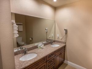 A bathroom at Edge Water Inn