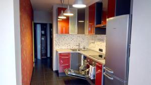 Кухня или мини-кухня в Apartment on Yasnogorskaya 6