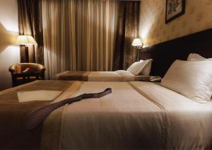 سرير أو أسرّة في غرفة في سفن روزز