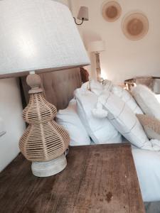 A bed or beds in a room at Hôtel La Maison du Lierre Bordeaux Centre