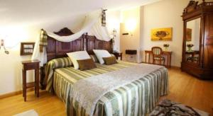 A bed or beds in a room at Hotel El Juglar