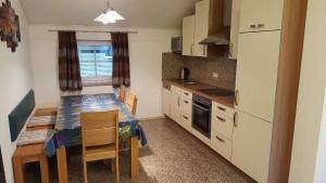 Küche/Küchenzeile in der Unterkunft Ferienwohnung Rosl
