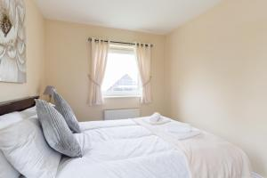 A bed or beds in a room at Wolverhampton City Stay