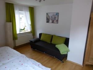 Ein Sitzbereich in der Unterkunft Ferienwohnung Blick Kohlbornstein