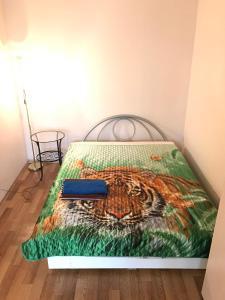 Кровать или кровати в номере Apartment G-Kvartal Alekseevskaya