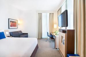 Un pat sau paturi într-o cameră la Novotel Abu Dhabi Al Bustan
