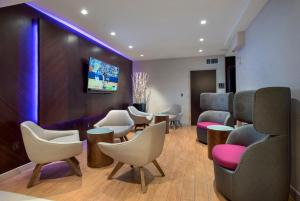 The lounge or bar area at Courtyard by Marriott New York Manhattan / Soho