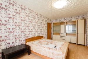 Кровать или кровати в номере Standard Brusnika Apartment on Maklaya 22