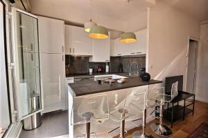 A kitchen or kitchenette at BB Home Marseille - Au pied de Notre Dame de la Garde