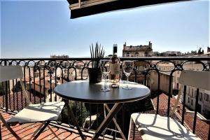 A balcony or terrace at BB Home Marseille - Au pied de Notre Dame de la Garde