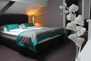 A bed or beds in a room at Hotel Sokak